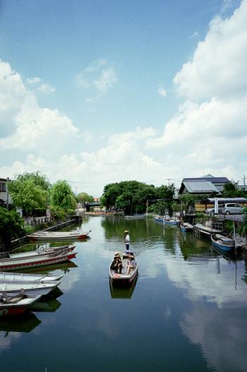 柳川を訪れたらぜひ体験してほしいのが「川下り」。柳川の名所、水の音、木々や花の彩り、舟頭さんのガイドや舟歌、そのすべてをどんこ舟に乗って堪能しましょう。水の都・柳川の魅力をたっぷりと味わえますよ。