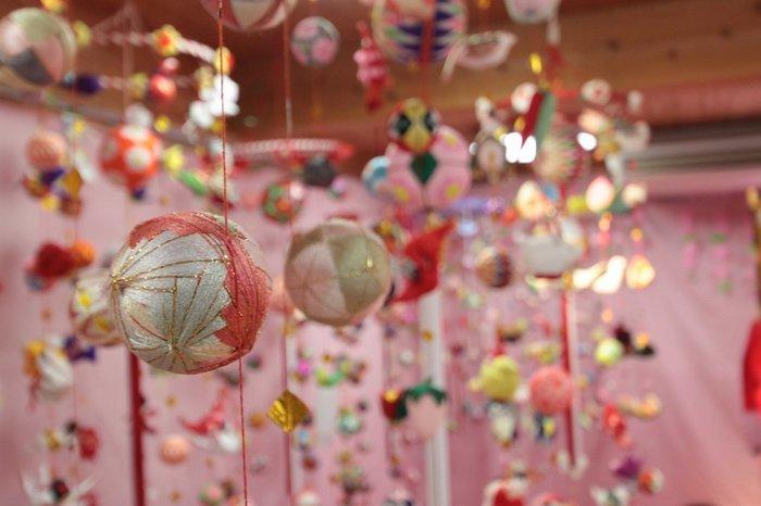 柳川の風習「さげもん」は、51個の小物・柳川まりを飾ったつるし飾りのこと。女の子の初節句のお祝いで、奥女中が着物の端切れを使って琴爪入れを制作したことが始まりと言われています。今なお受け継がれる「さげもん」は、柳川にとって大切な風習です。