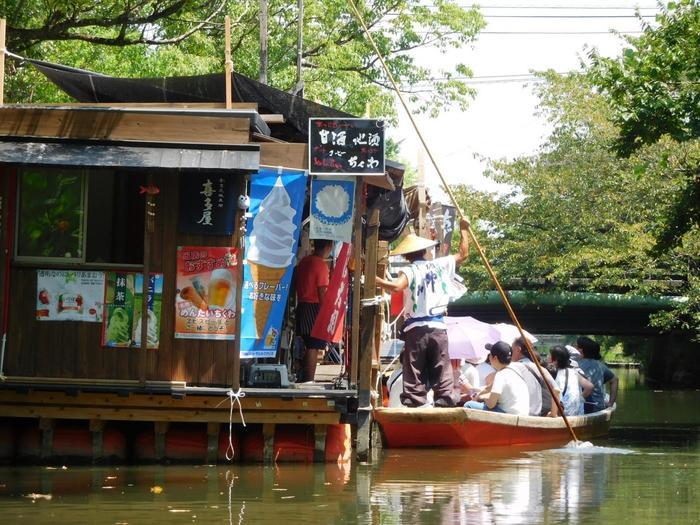 なんと川の途中には水上売店があるんです!お酒やソフトクリームやが購入できるので、舟の上でお酒を飲むちょっぴり贅沢な気分を味わえます。お酒やアイスもいつもより美味しく感じられそうですね♪