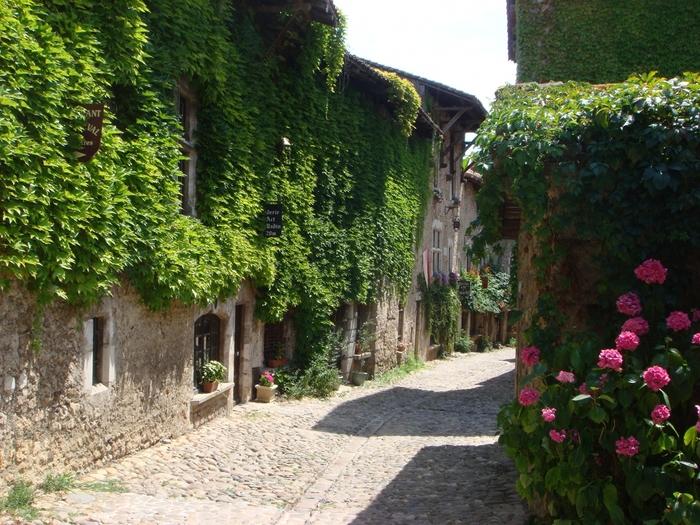 """実はこの村、以前""""改築""""する話が出たんだそうです。しかし、中世の姿を残したいという大学生らの呼びかけで、このまま保存することとなったのです。実際にこの村で暮らす住人の方にとっては、少し生活しづらいのかもしれませんが、やはりこの景色は残してもらいたいですね。ぜひ現地を訪れたら、話を聞いてみるのもいいかもしれません。"""