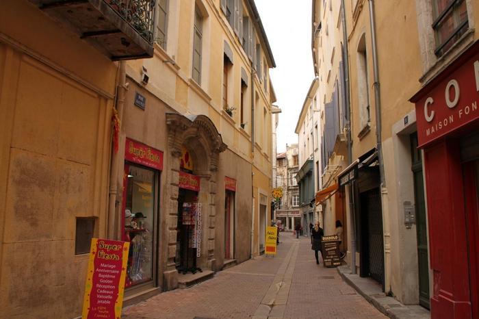 ちなみに旧市街地を歩くと、どこもこのような狭い路地になっています。馬車や車が無かったかつての時代、古代ローマ人が歩いていたのでしょう。
