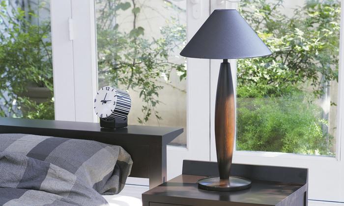 柔らかくカーブを描くスタンド部分がおしゃれなテーブルランプ。シェードが広がっているので、やさしい灯りを楽しむことができそうです。