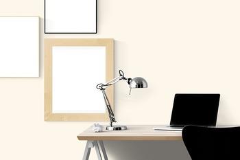 """作業をしたり読書をしたり…やわらかい灯りより""""きちんと""""照らしたいときにはデスクランプを取り入れてみませんか。折りたたみ式のアームなら、照明の角度や高さを変えることができるのが便利。"""