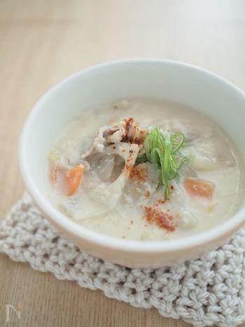 豚汁と一緒の具材も、味噌の変わりにしょうがと酒粕を入れれば一味違ったスープのできあがり。根菜類とお肉がたっぷり入った食べごたえのある一品です。