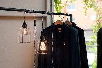 ケーブルが長いコンセントライトは、好きなところに置いたり吊るすことができますよ。ランプガードと一緒に使うことで、映画で見たようなレトロなライトに変身。