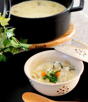 旬の牡蠣とたっぷりの冬野菜でつくった和風チャウダー。ベースは生クリームや牛乳と洋風ですが、そこに白味噌を大さじ3ばい加えて和風にアレンジ。和食のおかずにもぴったりなスープです。