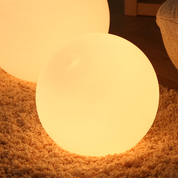 インテリアのひとつとして、床に直接置く「フロアランプ」もとってもかわいいですよ。照らす場所が低いので、普段とは少し違った雰囲気をつくるのにぴったり。