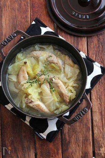 キャベツと骨付きチキンをコンソメスープでじっくり煮たスープ。具材の旨みもたっぷり染み出た優しい味わい。ホロホロに柔らかくなったチキンと、キャベツのやわらかい食感も嬉しいですね。