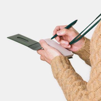 首からかけられるメモホルダー。どんなところでもささっとメモがとれます。付属のメモ帳がなくなっても、別の紙を付け替えて使うことができるので便利。大事なメモをしまっておけるポケット付きです。