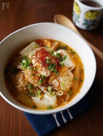 ピリ辛キムチとふわふわの豆腐入り鶏団子が食欲をそそるスープ。生姜のすり下ろしや輪切り唐辛子など体が温まる食材が入ってます。お野菜もいっしょにたくさん食べらるのも嬉しいですね。