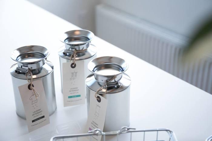 とみおかクリーニングの洗濯洗剤は、ミルク缶に入った可愛いパッケージで大人気。善玉バイオパワーで汚れを落とす、環境に優しい洗剤です。オリジナルのほか、消臭成分入りと天然香料入りの3種類。北海道らしいミルク缶のパッケージにも気分が上がります。