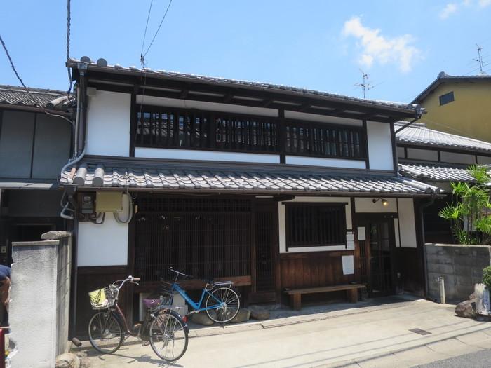 カナカナは、ならまちにある町屋古民家を改装した一軒家カフェレストランです。風情ある建物は、周囲の古い街並みと見事に調和しており、一見するとカフェレストランとはわからないほどです。