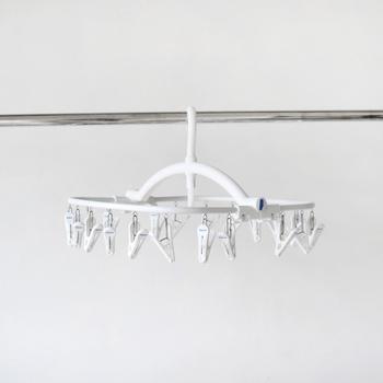 こちらは、フレディ・レック・ウォッシュサロンの洗濯角ハンガー。清潔感のあるホワイトが印象的で、ステンレスの丈夫なフレームなど作りもしっかりしています。写真は20ピンチですが、32ピンチの大きめサイズもあります。