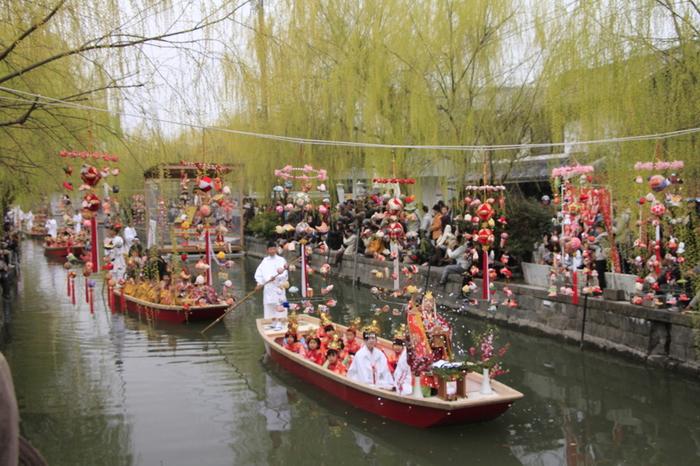 晴れ着姿の子供達が水上をパレードする「おひな様水上パレード」は多くの人で賑わいます。船着き近くにもさげもんが飾られていて、雅な雰囲気に包まれます。日本に伝わる伝統の美しさに気付かされますよ。
