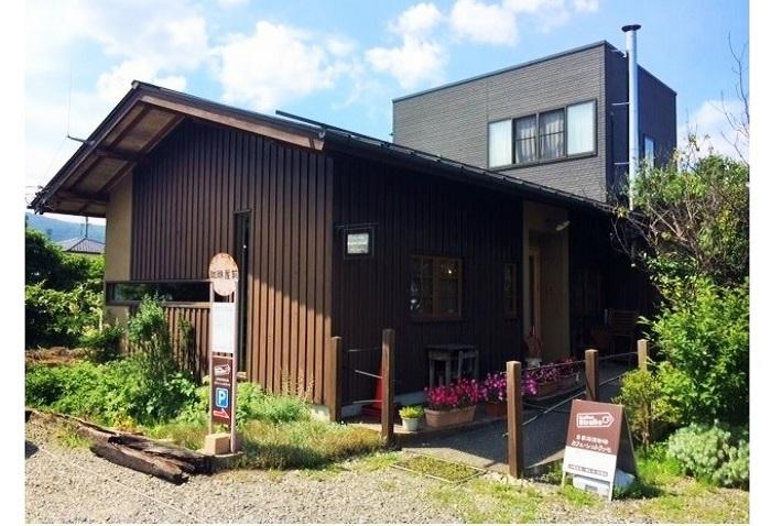 2008年、松本市から移住した児玉さんご夫妻によって開業。カフェ シュトラッセのコーヒーが飲みたいと遠方から足を運ぶ人が増えています。