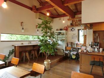 多くの木工作家が暮らす朝日村。家具調度は彼らが手がけました。店内では絵画展なども随時開かれています。 チェアには一つ一つお手製のお座布団が敷かれ、窓からは田園風景が♪