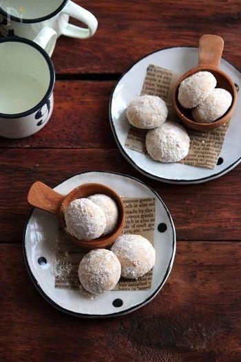 こちらはクリスマスシーズンにぴったりのスノーボールクッキーのごまバージョンです♪アーモンドパウダーの代わりに白すりごまを使用。生地に混ぜ込むだけでなく、仕上げにまぶすことで、より一層ごまの風味を感じられるよう工夫しています。