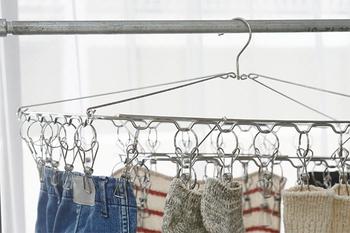 鉄・アルミ・ステンレスなど丈夫な生活道具が得意な「家事問屋」の角ハンガー。18-8ステンレス使用のしっかりしたフレームで、ピンチ42個付き。たまってしまった洗濯物も、ラクラク干すことができます。