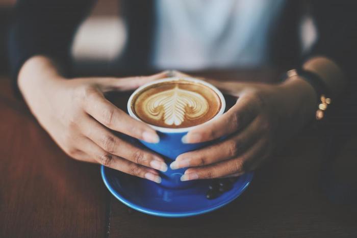 夕方以降はなるべくカフェインを控えましょう。コーヒーだけでなく、紅茶や緑茶にもカフェインは含まれています。夕方以降は、カフェインの少ないほうじ茶やハーブティなどをセレクトして。