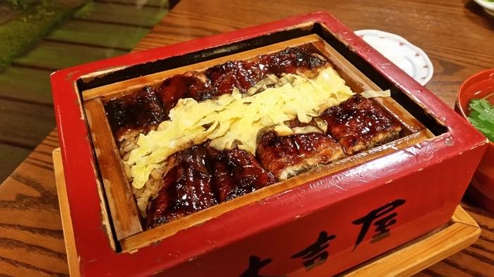 元祖本吉屋を訪れたら食べてほしいのが「うなぎのせいろ蒸し」。備長炭で焼きあげたあとに、2度蒸ししたうなぎはふわふわ、タレがしっかりと染みたごはんと相まって絶品です!