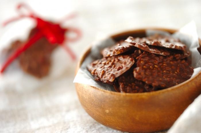 こちらはごまを使ったチョコレート菓子です。材料はなんと、チョコレートと白ごまの2つだけ!チョコレートの種類を工夫すれば、よりお好みの味わいに仕上げることができるでしょう。黒ごまでアレンジすることもできますよ♪