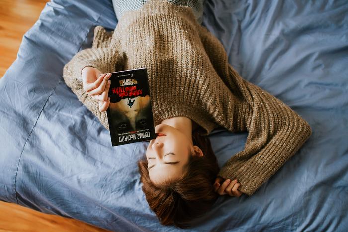横になるだけで、筋肉がリラックスします。眠る前に仰向けになり、全身の力を抜くことを意識してみましょう。もし眠れなくても、目をつむり暗闇の中で横になるだけでも、身体の力が抜けて、疲れが取れます。