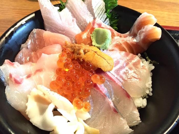 たっぷりと魚介がのったこちらの「海鮮丼」は、魚が新鮮で食べ応え抜群!定食なのでお味噌汁も付いてくるのも嬉しいですね。