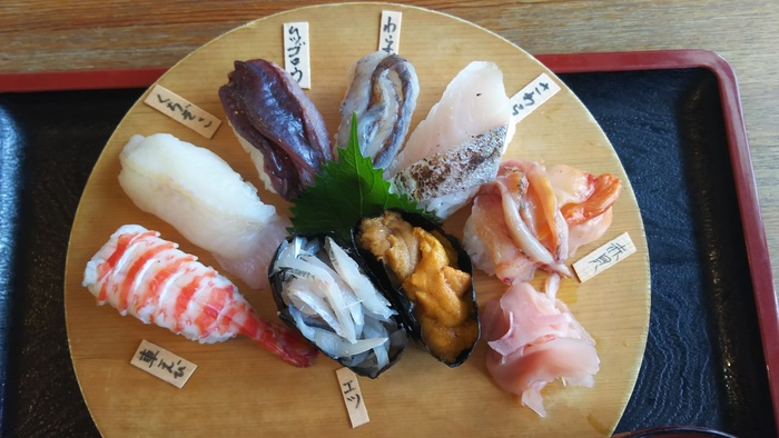 """有明海の魚を食べるなら「名物有明にぎり」がおすすめ!こちらのにぎりは、""""くちぞこ""""や""""わらす""""、なんと""""ムツゴロウ""""までいただける変わり種の珍しいお寿司。寿司だけでなく活き造りもあるので、一度挑戦してみてはいかがでしょう?"""