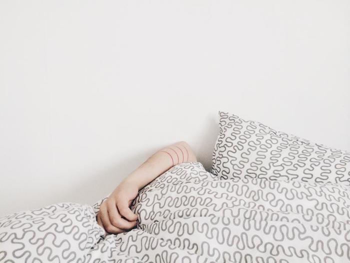 7〜8時間睡眠が妥当という説もあれば、6時間程度がちょうど良いという説もあります。