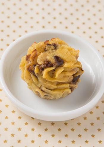 ホイップクリームのようにしぼり出してから焼く、おしゃれな形のスイートポテト♪ごまは白すりごまが使われています。プルーンとの相性の良さも味わってみましょう。きび砂糖や豆乳を使っているのも体にやさしいポイント♪