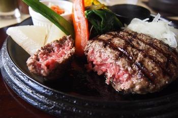 牛肉100%のハンバーグはつなぎを加えていないので、お肉の美味しさをしっかりと味わえます。焼き加減は選べて、食べるときはペレットで好みの焼き加減にしていただきます。ジューシーで旨味たっぷりのハンバーグは格別です。