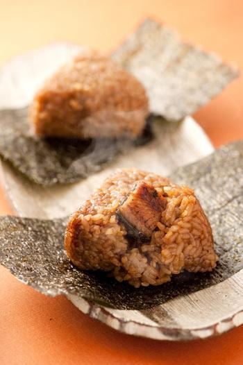 うなぎ料理「皿屋 福柳」の名物料理でもある『うなむす』。タレがよく染み込んだご飯にうなぎがのっていて、食べるときに海苔を巻いていただきます。お土産にしたら絶対に喜ばれる逸品です。