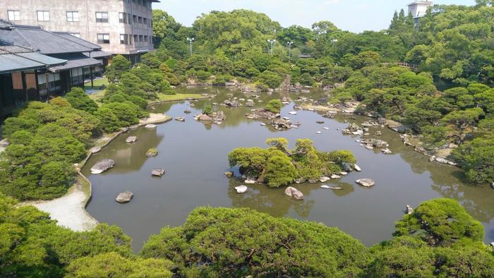 大広間の前に広がる庭園「松涛園」。池に様々な大きさの庭石を1500個を配置し、池を囲うように280本の松を植えた、日本三景・松島を模した庭園です。樹齢200年以上の松もある美しい庭園は、青々とした松が鮮やかで日本らしさを感じる趣のある風景になっています。
