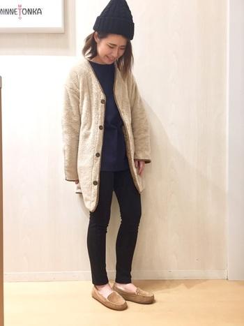 モカシンシューズとジャケットを、薄いベージュでカラーリンク。中の洋服自体は暗めの色味ですが、ベージュのおかげで軽やかなコーデになっています。