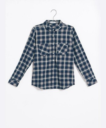 """ニットの出番が多くなる冬。ですが気温によっては、「ニットじゃちょっと暑苦しい…」という日や、反対に、「ニットだけじゃもの足りない」という日もありますよね。そんなときに重宝するのが、""""ネルシャツ""""。一枚で着てもいいですし、ニットのインやアウトにレイヤードするのも◎。今回は、そんなネルシャツの着こなしパターンを、スタイリング別に大特集いたします!"""