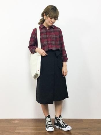 カジュアルな印象が強いネルシャツ。ブラックのスカートを合わせれば、落ち着ついたガーリッシュルックが完成します。