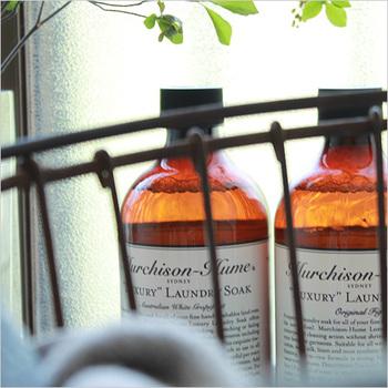 """「マーチソンヒューム」は、シドニーのハウスクリーニング用品ブランド。人や環境に優しいだけでなく、おしゃれな暮らしにフィットするアイテムを提供しています。こちらの""""ランドリーソーク""""は、界面活性剤にいたるまで100%植物原料で作られた洗剤。高級アロマによる自然な香りも魅力的です。"""