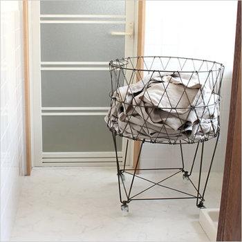 ニューヨークのコインランドリーをイメージさせる、おしゃれな洗濯カゴ。しかも、使わないときは折りたためるので、狭いスペースでも便利!キャスター付きで自由に動かせるのもいいですね。