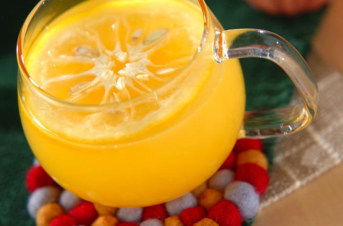 柚子とオレンジジュースという酸味が強い柑橘のドリンクレシピですが、はちみつとお湯で割ることで優しい甘さのドリンクになります。