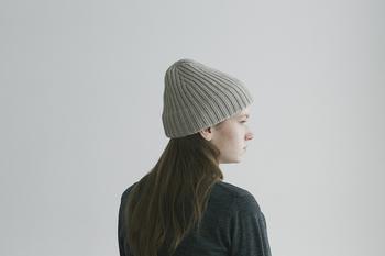 裾を斜めにカットしたデザインのニット帽。 うしろ姿にも注目したいこちらのデザインは、トップが立ち上がりシルエットがとても美しいです。 良質のカシミアを贅沢に使用しているので肌触りもあたたかさも夢心地を誘います。