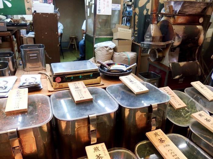 【「茶・やまだしや」の店頭では、いつでも煎りたての新鮮なお茶が販売されています。】