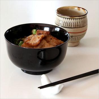 こちらは800年の歴史があるお椀の名産地 秋田 川連(かわつら)の漆器、燻椀。燻製乾燥させる事で、お椀の割れや歪みが軽減され、防虫、防腐の効果もあるんだとか。