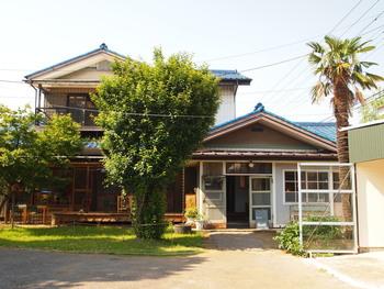 植木屋酸だった実家の「千木屋」をご夫婦で「senkiya」として運営されています。最寄りの東川口駅からは徒歩30分と、ちょっと遠いので、車の方が行やすいかもしれません。こちらはメインの建物で、カフェとセレクトショップが入っています。敷地内には、他にも「gallery tanabike」や、革細工の工房、珈琲の焙煎工房などなど、素敵なショップが建っています。どれも、古い建物をリノベーションした温かみのある雰囲気です。