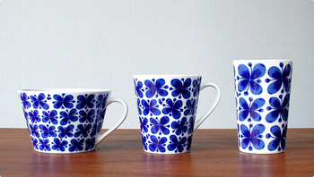 ヴィンテージデザインとして人気のロールストランド[Mon Amie]シリーズのマグカップです。優しくてあたたかみを感じるデザインは、リラックスタイムの大切なパートナーとなってくれるでしょう。