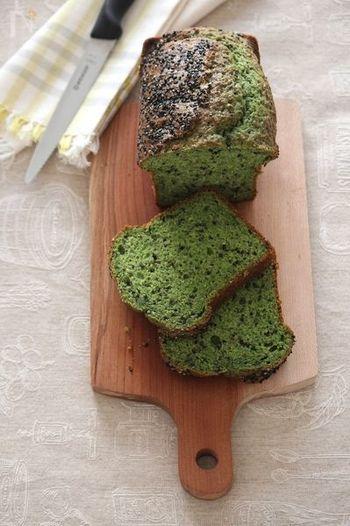 グリーンが鮮やかなパウンドケーキ♪抹茶のようですが、実はほうれん草の色なんです!黒ごまは生地に混ぜ込んだ上、表面にもWでトッピング!ほうれん草のごま和えは定番レシピとしておなじみですが、「ごま×ほうれん草」の抜群の相性をスイーツにも応用してみましょう♪