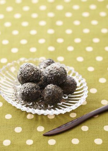 ごま団子は中華菓子にもありますが、こちらは油で揚げずに作るヘルシーなごま団子です。茹でた白玉を、黒すりごまと砂糖を混ぜたものに絡めるだけで完成!食後のデザートやちょっとしたおやつが欲しい時にも良いでしょう。
