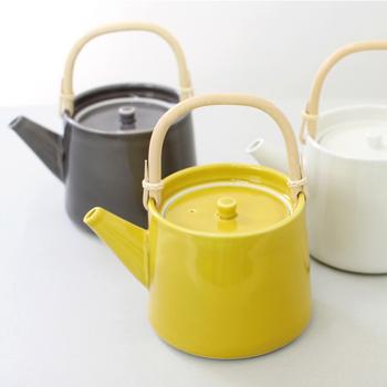 CLASKAの「ドーのティーポット 」は、モダンなデザインが印象的でインテリアにも馴染みやすい色合いが人気です。おそろいのカップやプレートもあるので、デザインを揃えてみるのもいいですね。