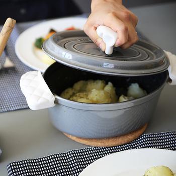 お鍋や煮込み料理などが増える季節はもちろん、一年中頼りになる「キッチンミトン」と「キッチンシェフハット」。取っ手が熱くて触れず困る時にミトン代わりとして活躍してくれるオシャレで機能的なアイテムです。  キッチンミトンは、キルティング加工が施された本物のミトンみたいで可愛い。フィット感も良く、取り付けも簡単です。使わない時は箸置きとしても使用可能◎。開いた本の角をミトンの中に差し込んで固定すれば、レシピ本を見ながらの調理も可能なマルチぶり!