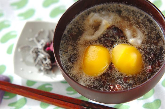 こちらはぜんざいにごまを入れたレシピです。いつものぜんざいに白すりごまを加えるだけなのでお手軽にアレンジできますよ。栗の甘露煮を加えて、漬物などを添えれば、お正月のおもてなしレシピとしても活躍してくれそう!