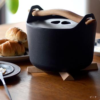使いたいときは、パッと十字に広げるだけ。広げたときのサイズは約22×22cmで、小さなポットやオーブン料理、大きな土鍋まで、幅広くお使いいただけます。紐部分は本革製なので、熱いフライパンやお鍋などに触れても、溶けてしまう心配もなく安心◎